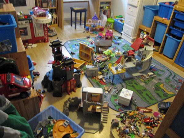 ordnung im kinderzimmer und wenn es nur kurz ist. Black Bedroom Furniture Sets. Home Design Ideas