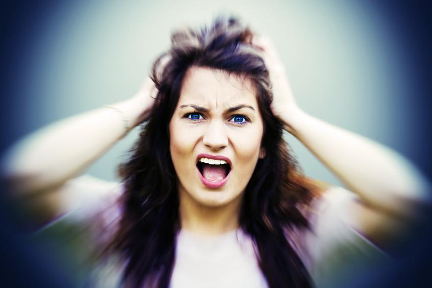 Frau rauft die Haare