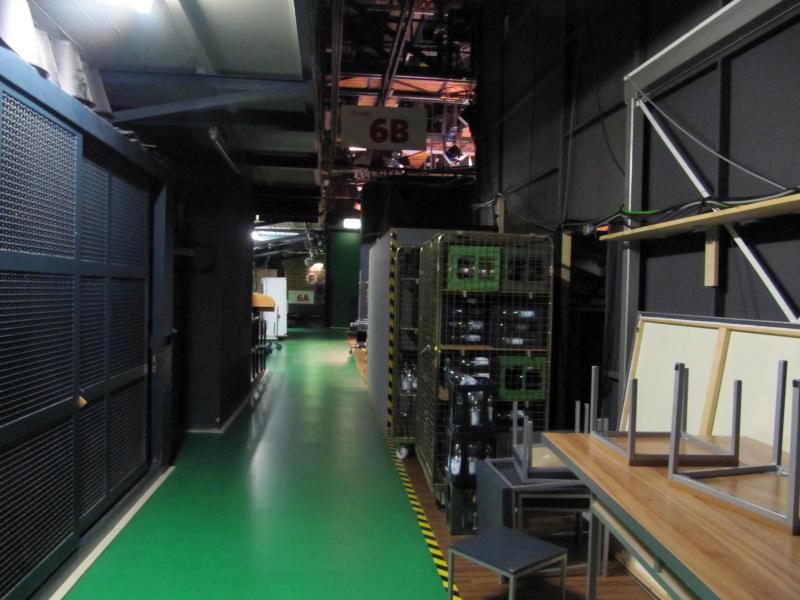 Dunkle Hallen, in denen Studios aufgebaut sind