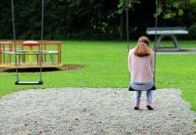 einsame Frau auf spielplatz