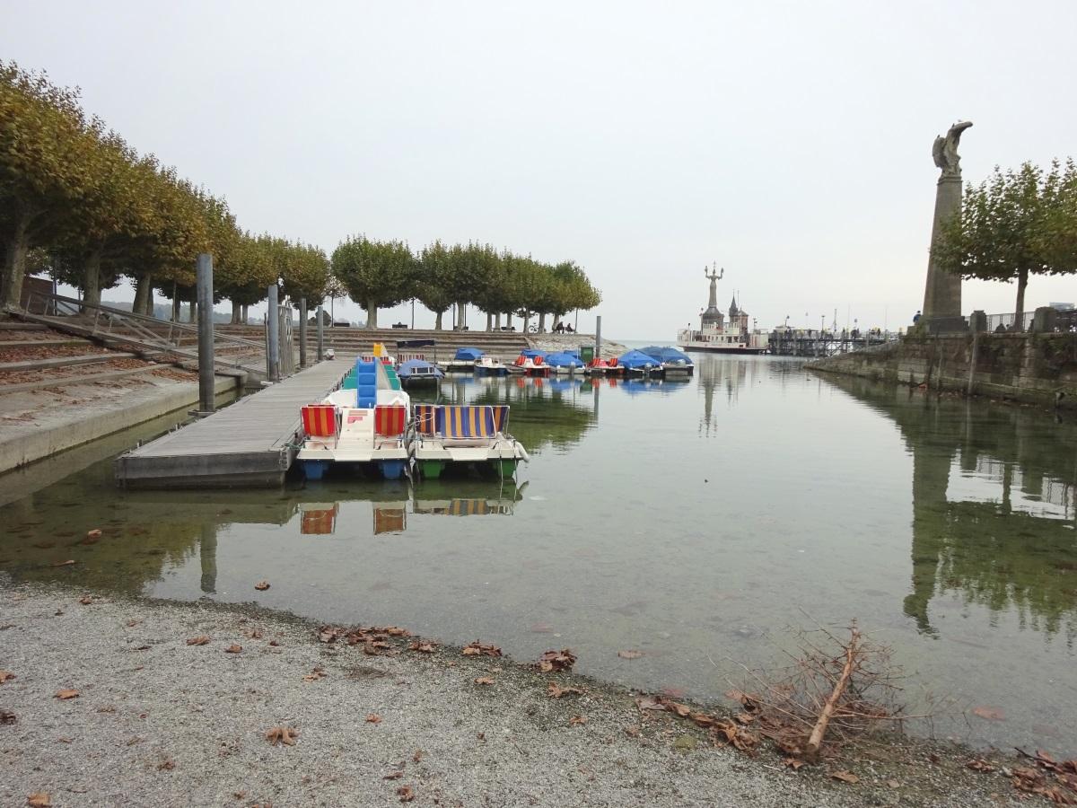 Tretboote im Hafen Konstanz bei Niedrigwasser